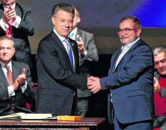 Histórico. Santos y Timochenko se saludan tras firmar en noviembre en Bogotá el nuevo acuerdo de paz.