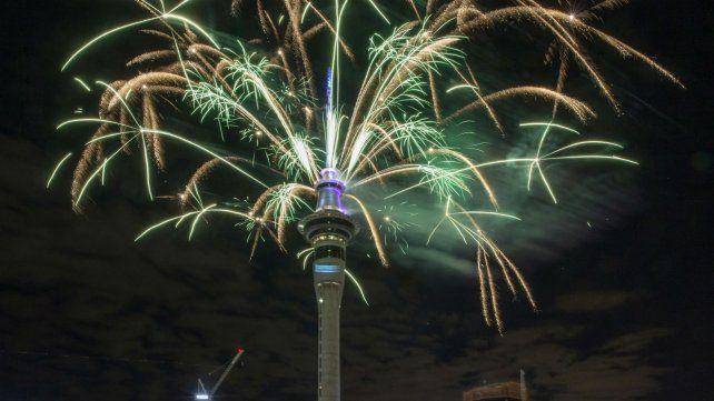 Fuegos artificiales en la Torre Sky de Auckland