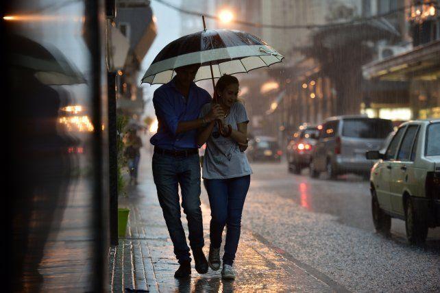 A tener a mano los paraguas. Lunes con calor y pasado por agua.