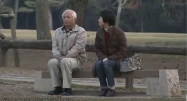Otou Katayama y su esposa Yumi se encontraron en una plaza para dialogar.