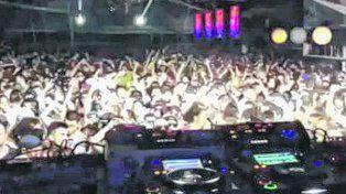 a todo ritmo. La fiesta electrónica en Arroyo Seco había convocado a unos 3 mil jóvenes.