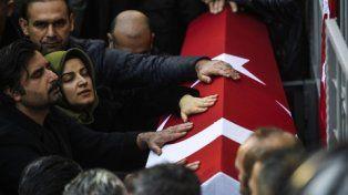 despedida. Familiares sepultan a uno de los dos custodios asesinados al defender el ingreso del club nocturno.