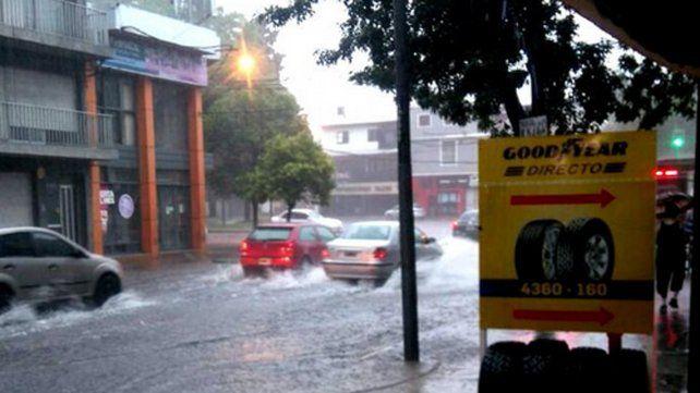 Piden precaución por las calles anegadas por el temporal que azotó a la ciudad