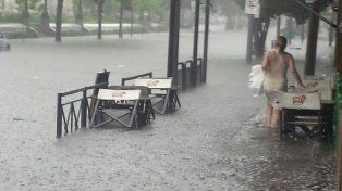 La tormenta de lluvia y viento dejó barrios inundados y cortes de energía eléctrica
