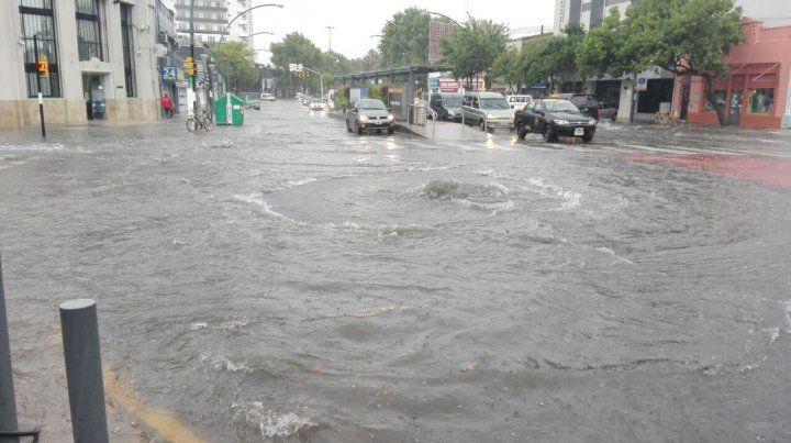 Los rosarinos intentaron escapar  de la lluvia y provocaron situaciones insólitas