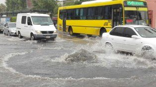La esquina de Génova y Alberdi, anegada por el agua hoy.