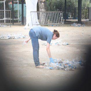 Una investigadora busca pruebas entre los residuos de la fiesta enPunta Stage.