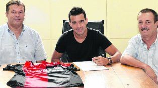 Estampó la firma. Jacobo Mansilla superó la revisión médica y rubricó el contrato.