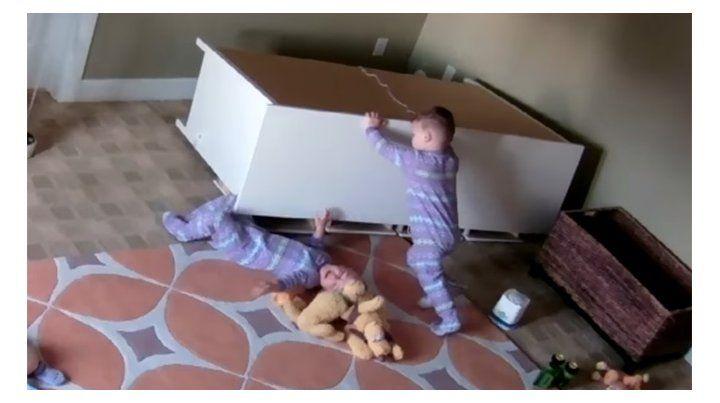 El asombroso rescate de un niño de dos años de su hermano gemelo.