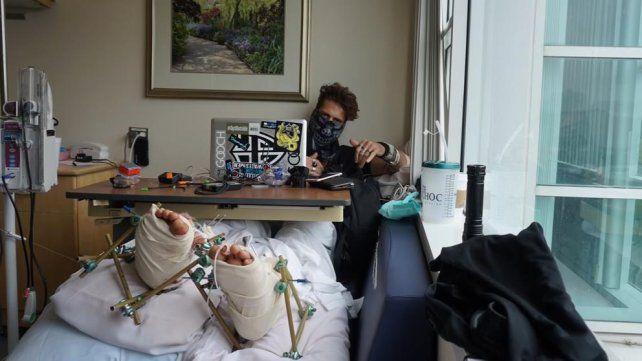 El youtuber que se fracturó las piernas al saltar a una piscina pide dinero para pagar su recuperación.
