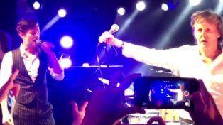 Paul McCartney sorprendió a sus fans cantando en una fiesta privada de Año Nuevo.
