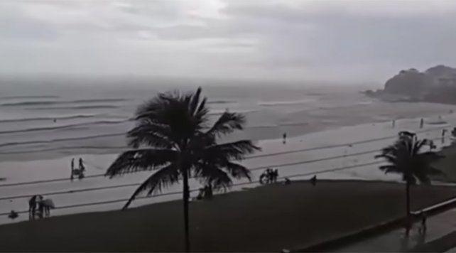 Un rayo fulminó a un turista en una playa de Brasil