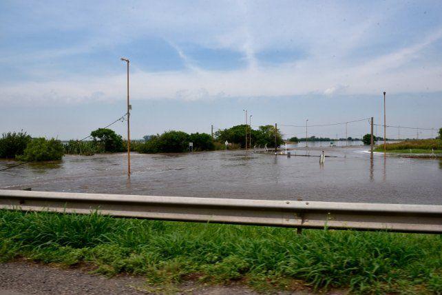 El desborde del río Frías. La autopista Rosario-Buenos Aires mostraba gran cantidad de agua en todo su recorrido.