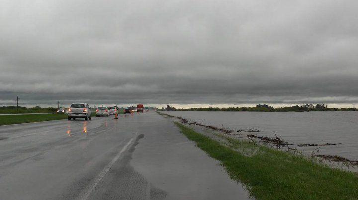 Así está la autopista Rosario-Santa Fe a la altura del kilómetro 103. Está cortada para el tránsito liviano. (Foto: Gentileza FM Sensación