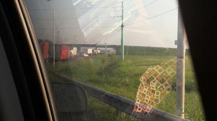 La cola de vehículos llegó a os tres kilómetros. (Foto vía Twiter)