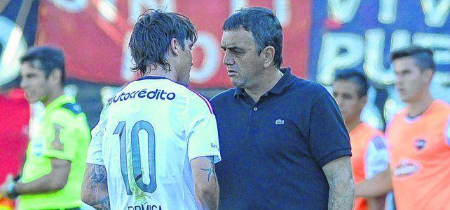 Banca a sus jugadores. El conductor leproso Diego Osella entiende el malestar de los futbolistas por la deuda.