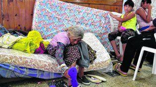 fuera de casa. En el centro de evacuación de Arroyo Seco decenas de afectados recibieron ayuda.