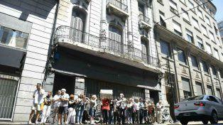 Los vecinos se reunieron esta mañana frente al histórico edificio para protestar por la inminente demolición.