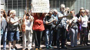 Abrazo solidario para impedir la demolición de un edificio histórico en pleno centro