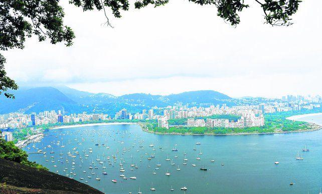 Morros y playas urbanas. Hermosa vista desde el Morro da Urca hacia playas Botafogo y Flamengo