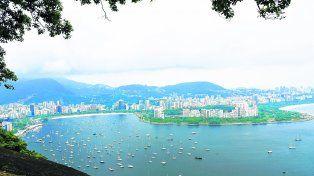 Morros y playas urbanas. Hermosa vista desde el Morro da Urca hacia playas Botafogo y Flamengo, que regala a los turistas la estación intermedia hacia el Pan de Azúcar.
