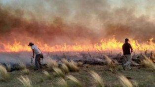 En La Pampa continúan los trabajos para extinguir el fuego.