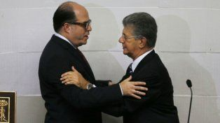 recién posesionado. Julio Borges saluda al saliente presidente del Congreso