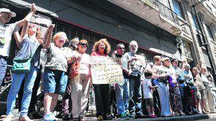 resistencia. El grupo Basta de Demoliciones se paró ayer frente al edificio