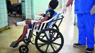 artesanales. Las sillas tienen ruedas como las comunes y apoyapies. Pero son de plástico.