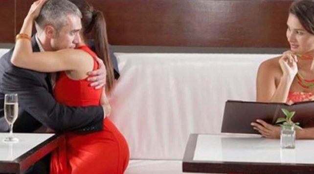 Las mujeres ponen su atención y desean más a los hombres que están en pareja