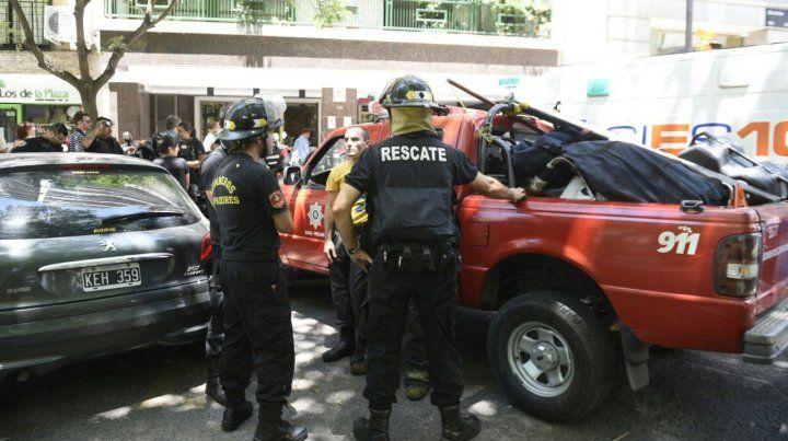Los bomberos trabajan para rescatar el cuerpo sin vida de la mujer