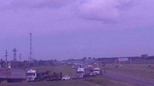 Hay largas colas de vehículos y el tránsito de la mano que ingresa a Rosario se está desviando por la RP 21