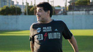 Diego sorprendió al visitar al plantel de Deportivo Riestra y enseñó cómo patear tiros libres.