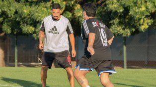 Maradona se unió al entrenamiento y anotó dos goles vestido de Riestra.