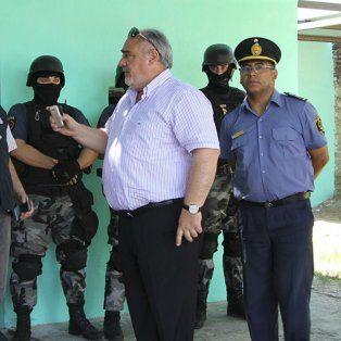 Discusión. El jefe de Drogas de la policía santafesina, comisario José Moyano, al ser increpado por el gobernardor de Corrientes, Horacio Colombi.