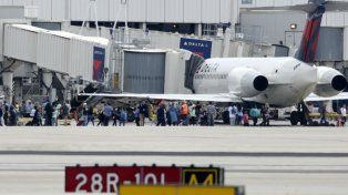 Pánico y corridas. Cientos de personas se congregaron en una de las pistas del aeropuerto de Fort Lauderdale