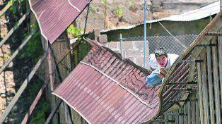 Frontera Fortificada. Un inmigrante mexicano cruza el muro en la zona de Nogales
