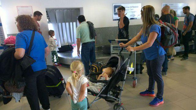 Búsqueda de equipaje. Las cintas donde pasan las valijas son cortas y escasas en la terminal de Fisherton.