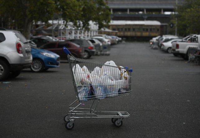 Postal del pasado. Uno de los debates que se dio este año en la comisión fue el de la eliminación de las bolsitas en los supermercados.