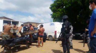 Pavoroso. Presos de la prisión de Roraima trasladan los restos de los internos masacrados.
