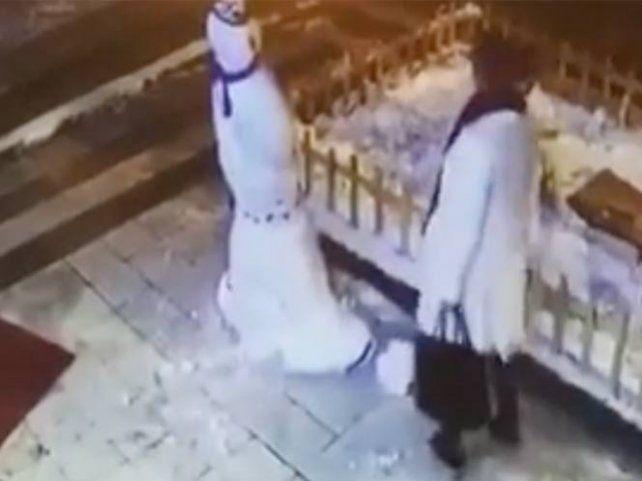 Una mujer destrozó un muñeco de nieve sin pensar en lo que pasaría después