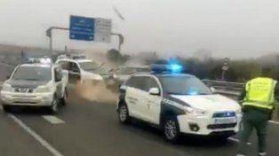 El conductor del vehículo impactó de lleno contra un coche policial y sólo recibió heridas leves.