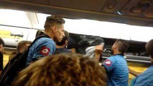 El plantel de Belgrano decidió bajarse del avión luego de un desperfecto eléctrico.