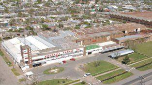 Emblema. La histórica fábrica de Firmat intenta salir de una profunda crisis.