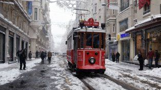 Inusual. La avenida Istlikal de Estambul cubierta de nieve