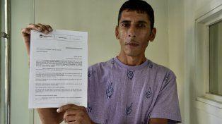 Desolado. Andrés Almada y la denuncia con sellos y sin firmas que le tomaron en la Fiscalía Regional.