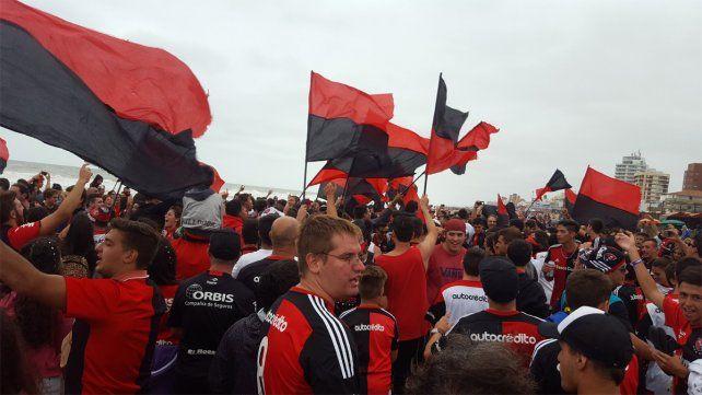 Cientos de fanáticos de Newells se reunieron para una fiesta rojinegra en Gesell.