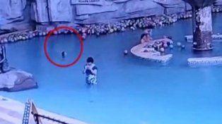Un nene murió ahogado en una pileta mientras su madre estaba mirando el celular