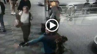 Las imágenes fueron tomadas de una cámara de seguridad del aeropuerto.