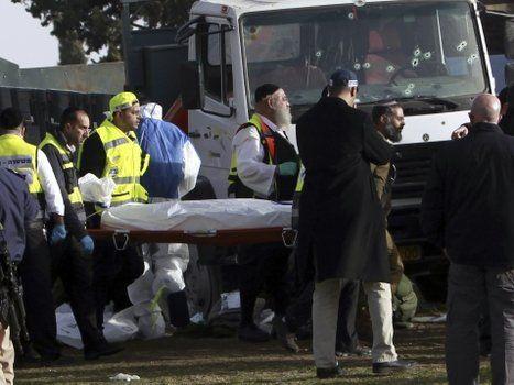 estrago. Un cuerpo es retirado del lugar del ataque. El parabrisas del camión quedó acribillado a tiros.